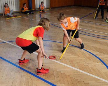 Ringette je hra s ringom a palicami. Tento netradičný šport sa hodí na telesnú výchovu a deti ho majú v obľube.